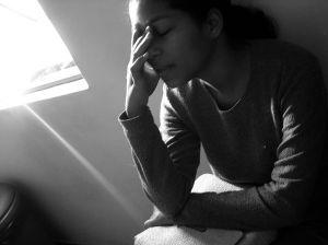 mujer con dolor en ovulación